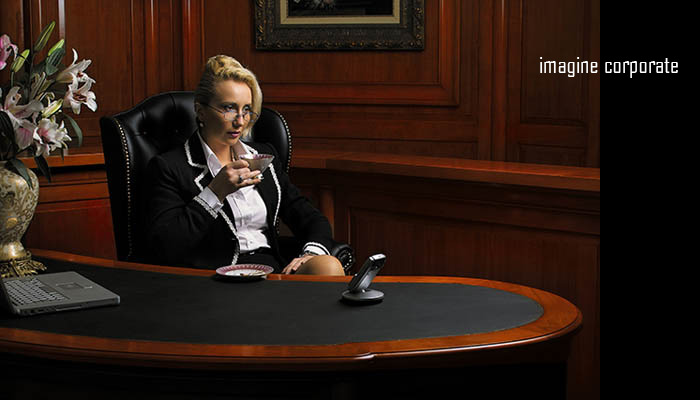 imagine corporate - femeie in birou