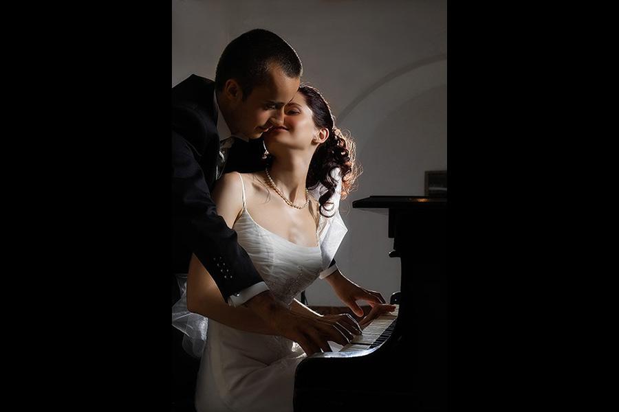 Mireasa sarutata la pian