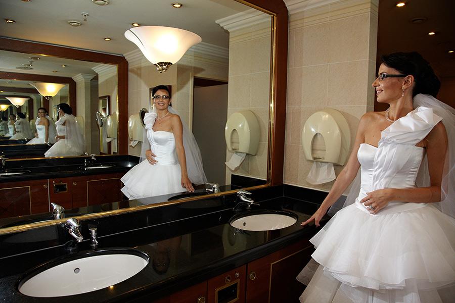 Mireasa in toaleta cu reflexii infinite