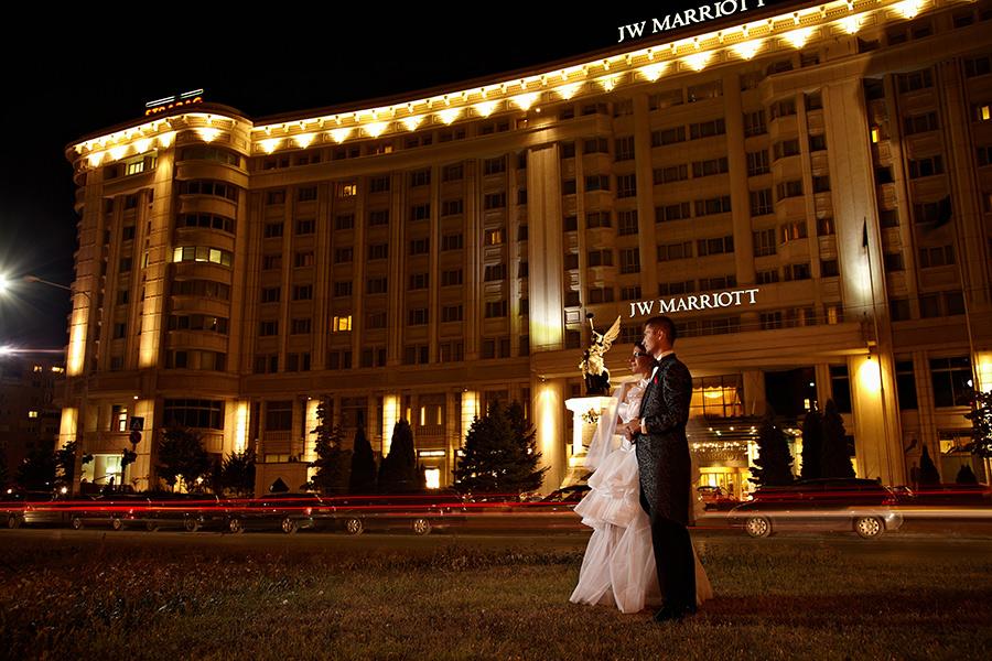 Mire si mireasa noaptea in fata hotelului